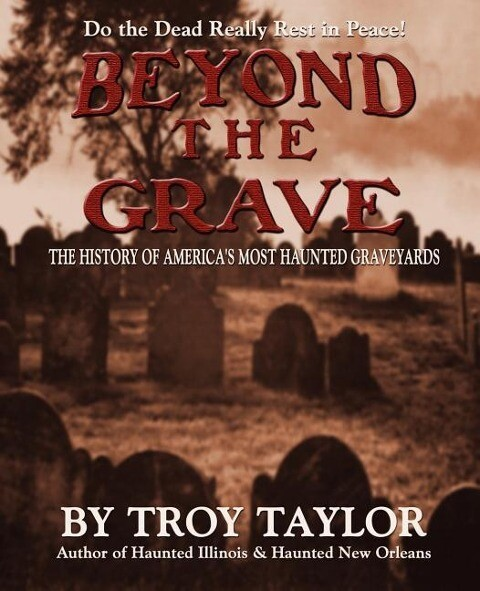 Beyond the Grave: The History of America's Most Haunted Graveyards als Taschenbuch